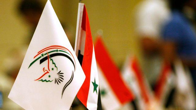 Le drapeau du Conseil de salut national syrien à côté de celui de la Syrie.
