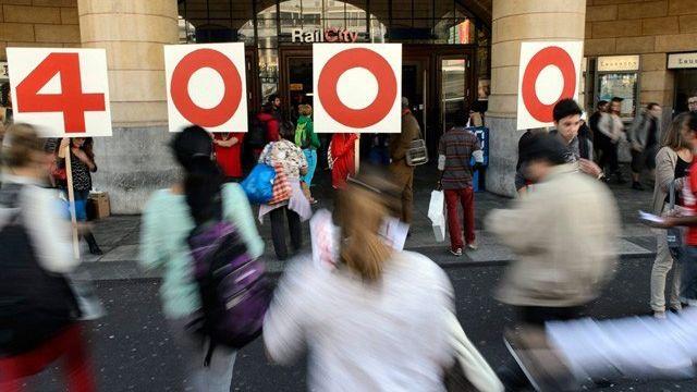 Mobilisation du syndicat Unia en faveur d'un salaire minimum de 4000 francs, en septembre 2012. [Laurent Gilliéron - Keystone]