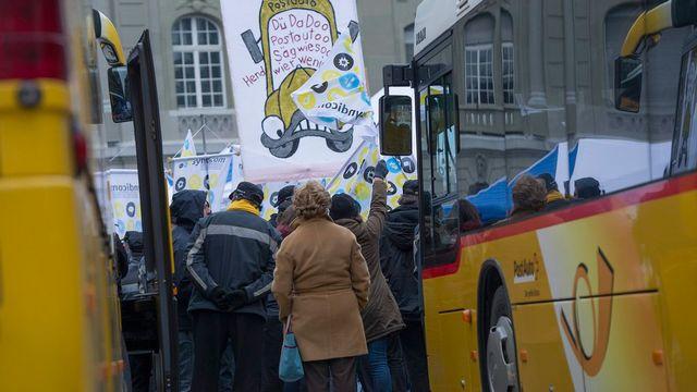 200 personnes ont manifesté dimanche 24 mars 2013 à Berne pour l'égalité de traitement pour les chauffeurs de cars postaux. [Marcel Bieri - Keystone]