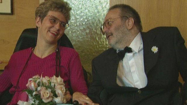 Couple de personnes handicapées en 1996. [RTS]