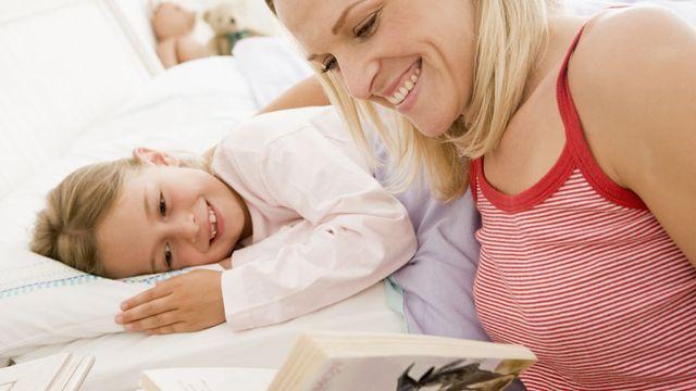 Une bonne histoire du soir pour les enfants est celle qui finit bien pour le héros. [Monkey Business - Fotolia]