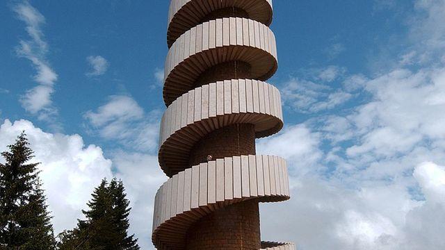 La Tour de Moron, un édifice de 30 mètres de haut, a été inaugurée en 2004. Près de 700 apprentis maçons de toute la Suisse ont participé à la réalisation de ce bâtiment du Jura bernois qui comprend 209 marches. Au Sommet, une plate-forme permet un coup d'oeil des Vosges au Mont-Blanc et de la Forêt Noire au Säntis.  [Sandro Campardo - Keystone]