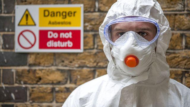 Masque et combinaison de protection contre l'amiante. [R3F / Science Photo Library / AFP]