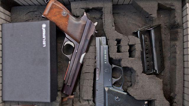 Deux armes d'ordonnance suisse: un SIG P210 (gauche) et un SIG Sauer P226. [Gaëtan Bally - Keystone]