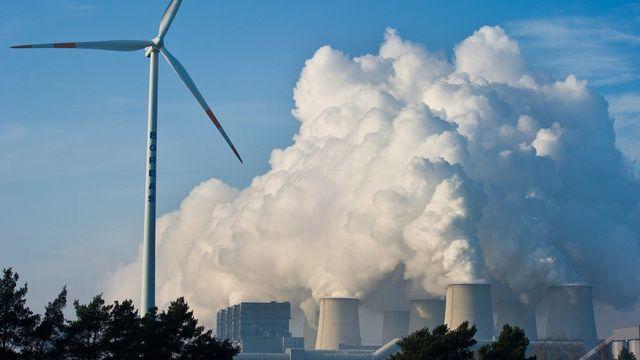 En révisant la loi sur le CO2, l'objectif de réduction du dioxide de carbone de 20% d'ici à 2020 de la Suisse peut être atteint. Cependant, pour enrayer 2 degrés de réchauffement de la planète, elle doit redoubler d'effort, sans forcément reprendre la réglementation de l'UE. [PATRICK PLEUL - Keystone]