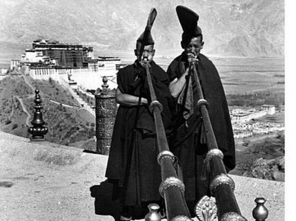 Devant le palais du Potala à Lhassa.