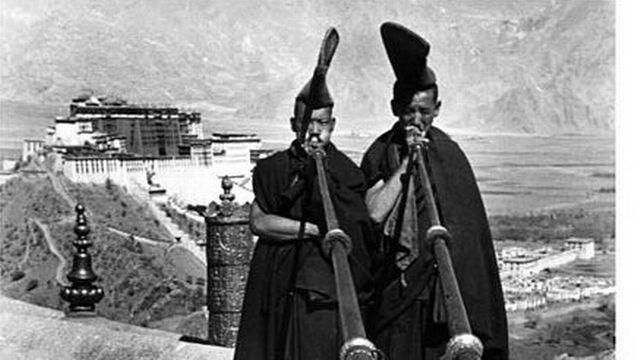 Devant le palais du Potala à Lhassa. [Wikicommons]
