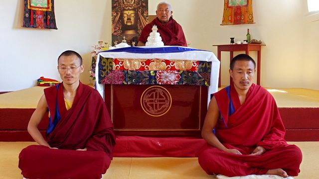 Deux lamas et le Grand maître Tenzin Namdak se livrent à la méditation. [Frank Perry - AFP]