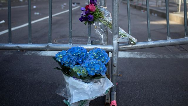 Des fleurs ont été déposées devant les barricades disposées pour empêcher d'accéder à la scène du drame. [Shannon Stapleton - Reuters]
