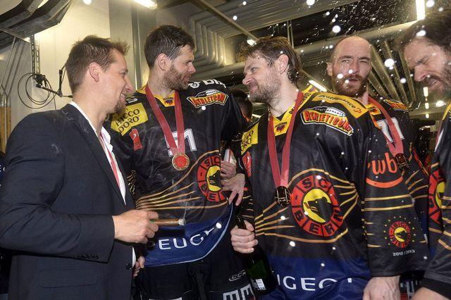 Le CP Berne remporte son 13 titre de champion. [Lukas Lehmann - Keystone]