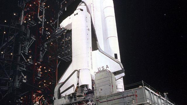 Pour abaisser les coûts, la NASA lance un programme de navettes spatiales réutilisables. Elles sont propulsées au décollage par un avion porteur ou des moteurs-fusées et capables d'atterrir en planant. Columbia (photo), la première d'entre elles, décolle en avril 1981. Le premier vol commercial a lieu un an plus tard. En 1986, la navette Challenger explose au décollage. En 2003, c'est lors de son  atterrissage que la navette Columbia se désintègre. En plus de ces tragédies, les navettes s'avèrent plus coûteuses que les  fusées classiques. Les Russes ont eux aussi lancé un programme semblable, interrompu lors de l'effondrement du bloc soviétique.  [Keystone]