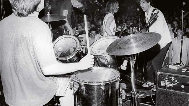 """Sonic Youth, CBGB de New York, 1985.-""""C'est grâce à eux que j'ai continué à faire de la photo. Je suis allé les voir en concert et j'ai fait des photos pour moi comme j'en avais l'habitude. Je les ai montrées au groupe. Elles leur ont plu et ils m'ont encouragé à continuer parce que j'avais su saisir """"le mouvement"""". -Plus tard, j'ai pris des cours de développement, les seuls que j'ai pris, je suis autodidacte. Un jour, j'ai montré une belle photo bien développée à Lee Ranaldo (le chanteur, ndlr). Il l'a pris, la chiffonnée puis dépliée et m'a dit """"là aussi elle est pas mal"""". Il m'a aidé à comprendre que les choses ne devaient pas être parfaite pour être belle."""""""