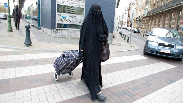 Le Tessin veut interdire le port de tout voile (sur la photo un niqab) sur la voie publique. [EPA/Julien Warnand - Keystone]