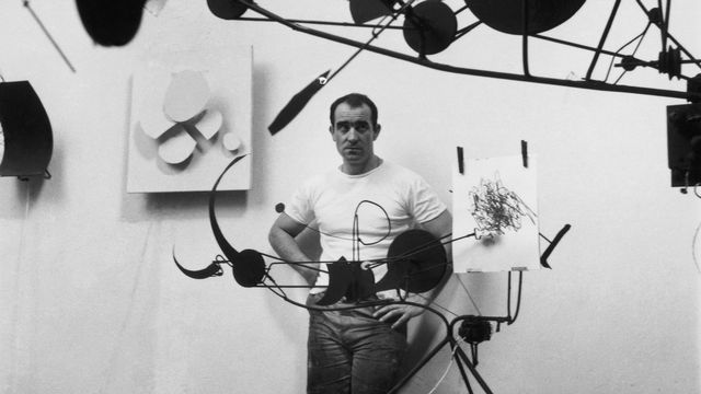 Jean Tinguely dans son atelier, Impasse Ronsin. Méta-Matic, approx. 1959. [Martha Rocher - Museum Tinguely, Basel ]