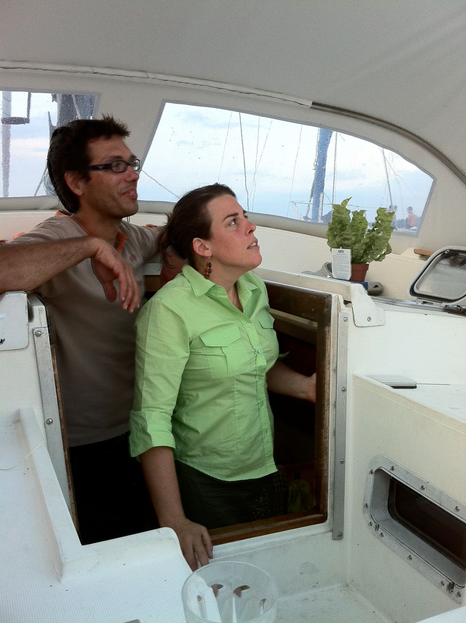 Julia et son compagnon Cédric sur leur voilier [RTS]