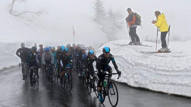 Les cyclistes ont dû affronter la neige au Col de la Croix. [JEAN-CHRISTOPHE BOTT  - Keystone]