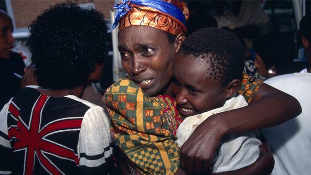 Lors des massacres du Rwanda, dès avril 1994, le CICR aide autant que possible les populations menacées par les tueries ou déplacées. Il permet notamment à certaines familles de se retrouver, comme sur cette image datée de 1995. [CICR]