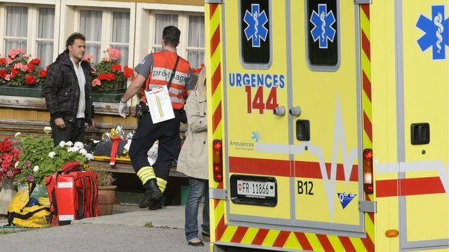 Six ambulances ont été envoyées sur les lieux de l'accident pour s'occuper des dix élèves légèrement blessés. [Laurent Gillieron - Keystone]