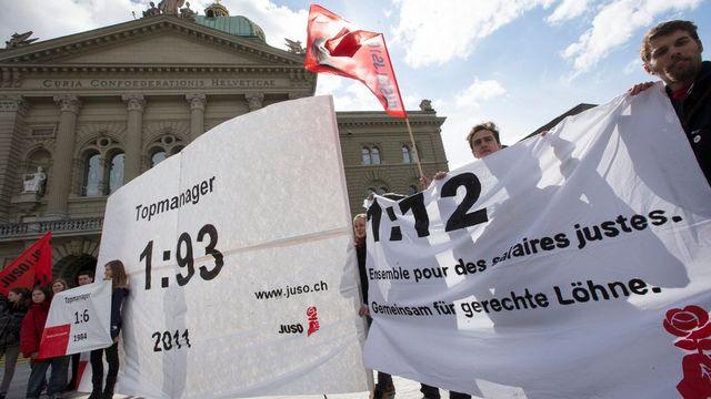 Manifestation sur la place fédérale en faveur de l'initiative 1:12. [Peter Klaunzer - Keystone]