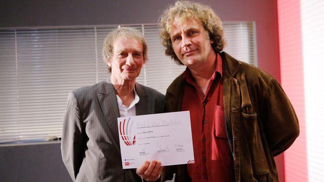 """4 mai 2013: Patrick Ferla, président du jury, remet le Prix du public à Alex Capus pour son livre """"Léon et Louise"""". [Patrick Lopreno - RTS]"""