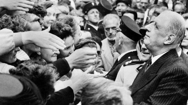 """Le général de Gaulle serre de nombreuses mains à Rennes, où il vient de présenter le projet de la nouvelle Constitution et inciter les Français à voter """"OUI"""" au référendum du 28 septembre 1958. Ce référendum donnera naissance à la Vème République. [AFP]"""