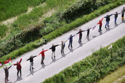 A human chain was formed 25 km.  [Jean-Sebastien Evrard - AFP]