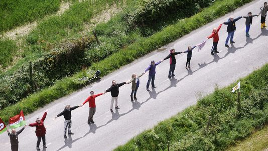 A human chain was formed 25 km.  [Jean-Sebastien Evrard - AFP]