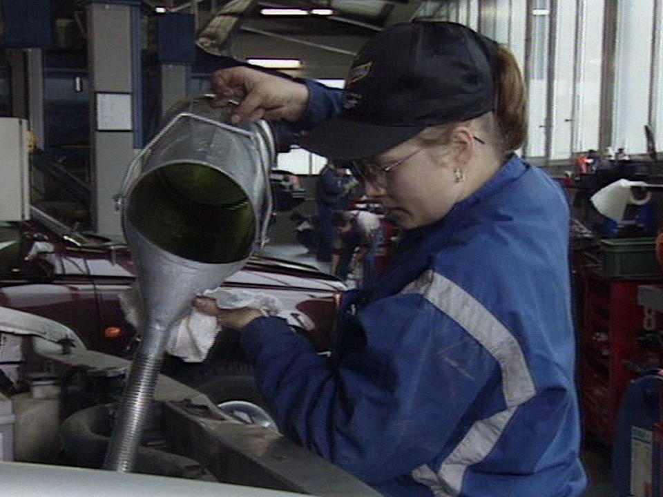 Apprentie mécanicienne auto. [RTS]