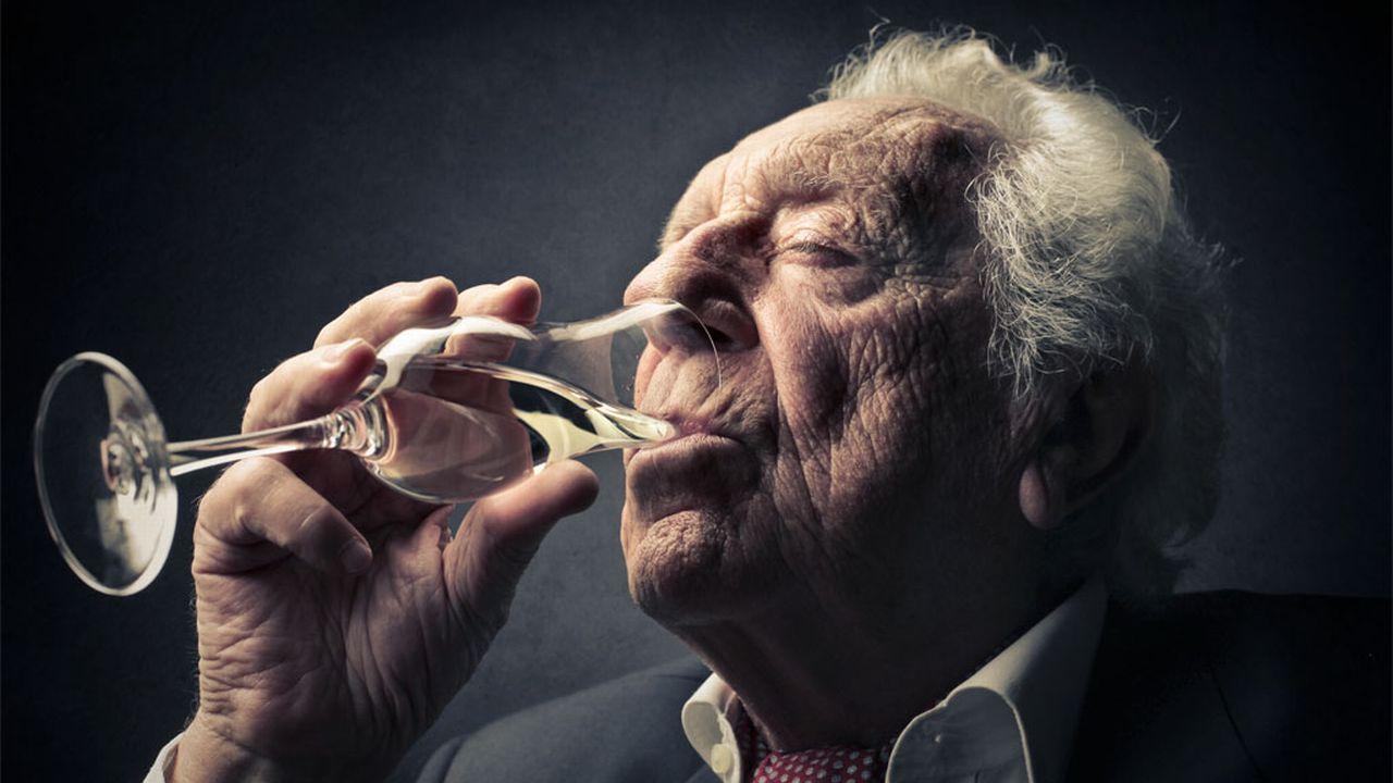 L'alcoolisme des seniors est souvent invisible. Olly Fotolia [Olly - Fotolia]