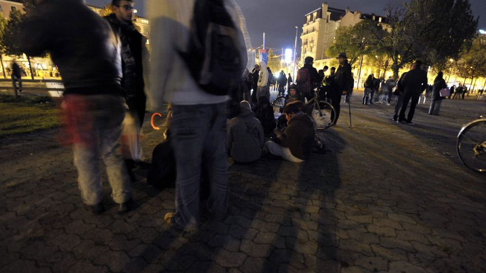 Genève prend de nouvelles mesures pour limiter les nuisances nocturnes, notamment liées aux terrasses en été. [MARTIAL TREZZINI - Keystone]