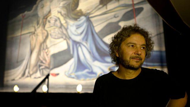 Daniele Finzi Pasca, photographié le 30 avril dernier à Montevideo, où il signe une adaptation de l'opéra de Wagner Tristan et Iseult . [Matilde Campodonico - Keystone]