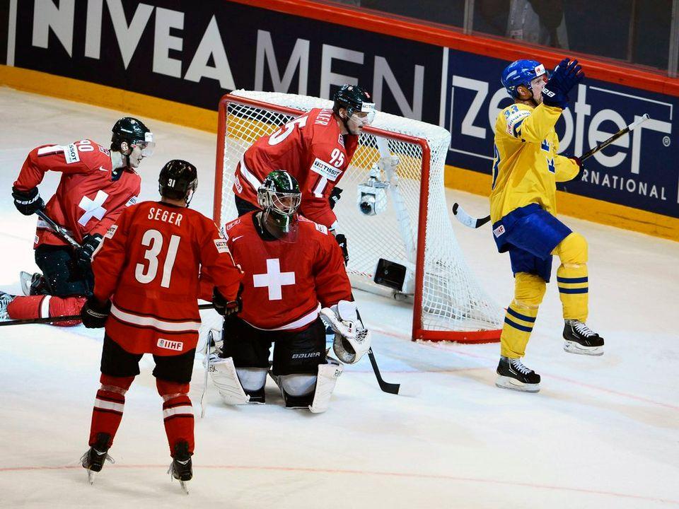 Le but du 2-1 de Henrik Sedin (en jaune) a fait mal aux Suisses. [CLAUDIO BRESCIANI  - Keystone]