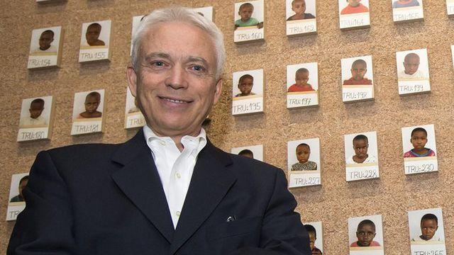 """Roger Mayou, directeur du Musée international de la Croix-Rouge, ici devant la section """"Reconstruire le lien familial"""" de la nouvelle exposition permanente. [Salvatore Di Nolfi - Keystone]"""