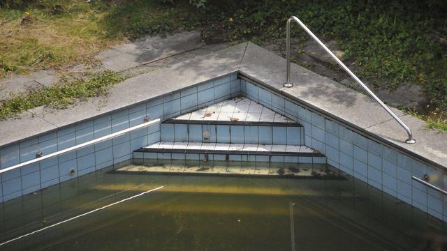 """La piscine abandonnée de l'ancien """"Grand Hôtel"""" de Locarno. [mathieu chevrier - RTS]"""
