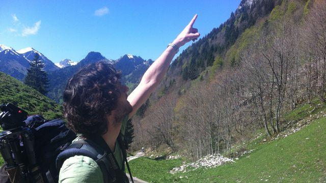 Alessandro Staehli à la recherche de l'aigle royal. [Lucile Solari]