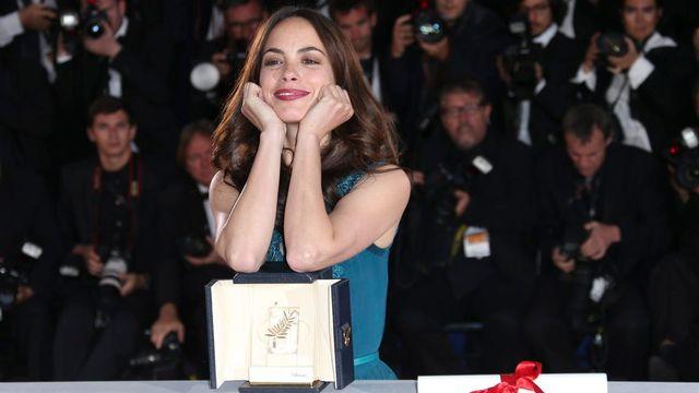 """Bérénice Béjo pose avec sa palme. L'actrice franco-argentine a remporté le prix de la meilleure interprétation féminine avec """"Le Passé"""". [Joel Ryan/invision/AP - Keystone]"""