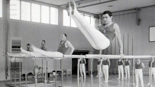 Entraînement des gymnastes pour la Fête fédérale de gymnastique de 1967. [RTS]