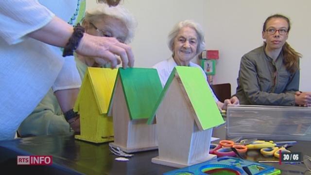 Un atelier utilise l'art-thérapie pour aider les Alzheimer à s'exprimer [RTS]