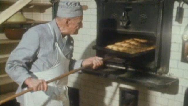 Une fournée du boulanger Michel Sandoz en 1972. [RTS]