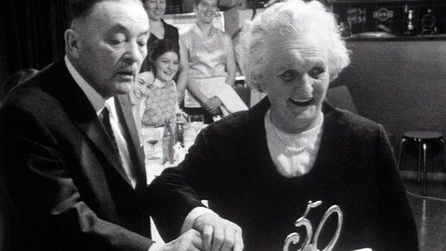 Un couple fête ses noces d'or en 1971. [RTS]