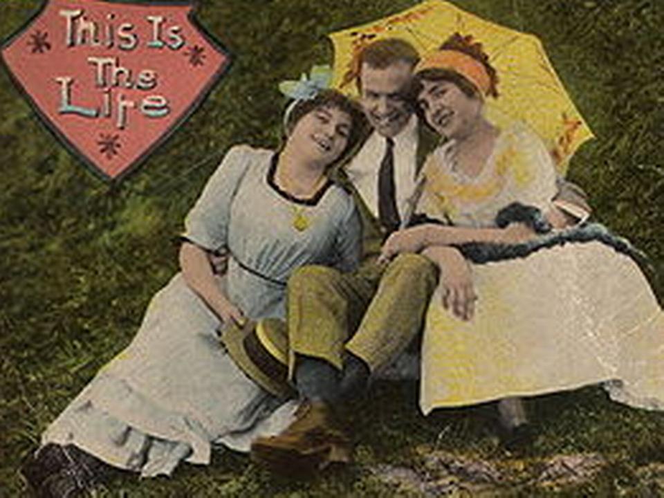 Ménage à trois. [Wikimedia, carte postale, 1910c]