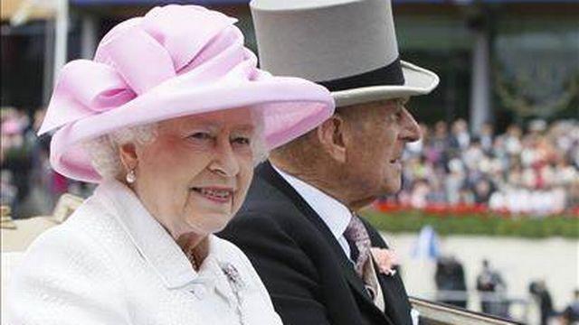 La reine et le prince Philip lors d'une course équestre en août 2011. [AP Photo]