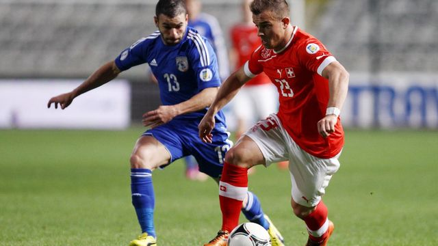 Le Suisse Xerdan Shaqiri (à droite) aux prises avec le chypriote Constantinos Makridis [Keystone]