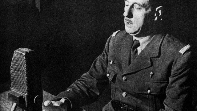 Charles de Gaulle durant son appel du 18 juin dans les studios de la BBC. [BBC - AFP]