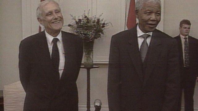 Flavio Cotti rencontre Nelson Mandela en Afrique du Sud [RTS]