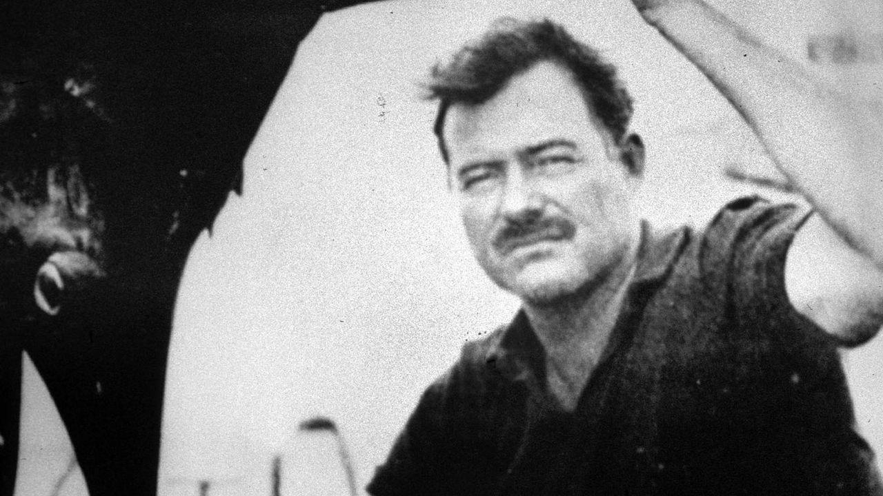 Ernest Hemingway (1899-1961), écrivain américain, près d'un espadon. [ROGER_VIOLLET]