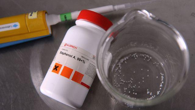 Le bisphénol A est accusé de perturber plusieurs fonctions biologiques en mimant l'effet de certains hormones. [Remy Gabalda - AFP]