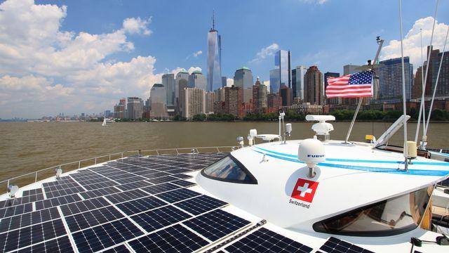 Le plus grand bateau solaire du monde, le bâtiment suisse MS Tûranor PlanetSolar, lors de son arrivé à New York le 18 juin 2013. [Planetsolar]