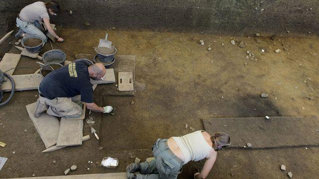Des archéologues fouillent le sol de Vidy. Laurent Gillieron  Keystone [Laurent Gillieron  - Keystone]