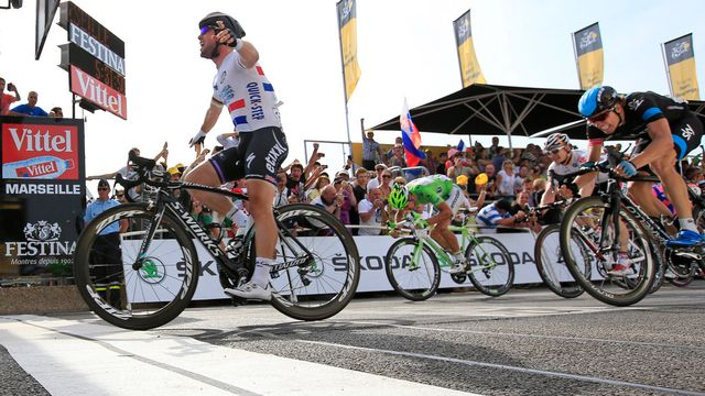 Facile Mark Cavendish, qui devance Boasson Hagen (en noir et bleu) et Sagan (en vert). [Peter Dejong - Keystone]